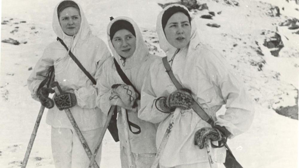 Frivillige kvinnelige soldater i hjemmelagde uniformer laget av laken.