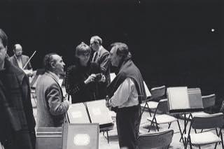 """Claudio Abbado et André Furno pendant un répétition... Le fondateur du Piano**** a organisé tous ses concerts à Paris depuis le 12 novembre 1969 au @theatre_champs_elysees avec Martha Argerich et @ondif dans le 3 de prokovief jusqu'au 11 juin 2013 avec @orchestramozart et Radu Lupu. """" La musique fait partie intégrante de la vie, elle peut modifier notre parcours, elle peut l'enrichir et quelquefois, elle peut même la sauver"""" cit Claudio Abbado"""