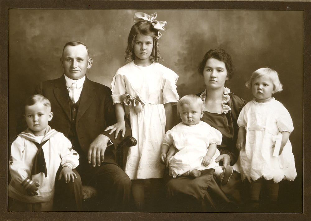 Axel Olson and his wife Edla Eleonora with their four eldest children Alice Linnéa, Axel Erling, Sylvia Eleonora and Virgil Bernhard.