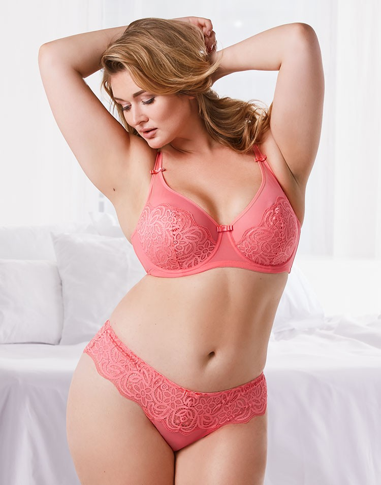 Adore Me Model Hunter McGrady Wearing Mireille Unlined Plus