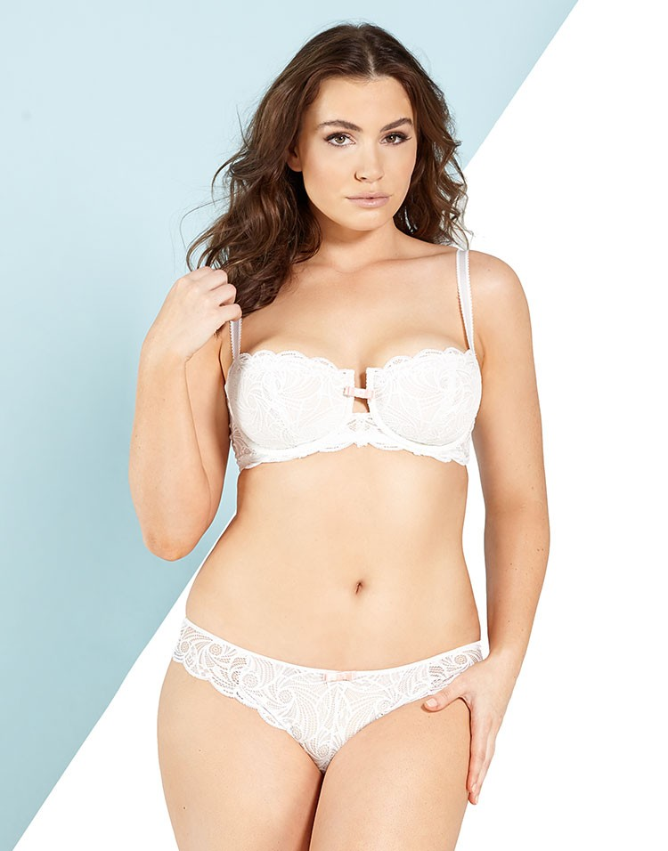 Adore Me Model Sophie Tweed-Simmons Wearing Vivianne Unlined Plus