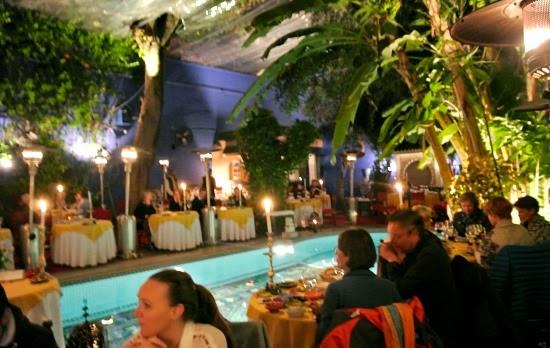 Borden var uppställda kring en stor pool 86f381edd4ab3