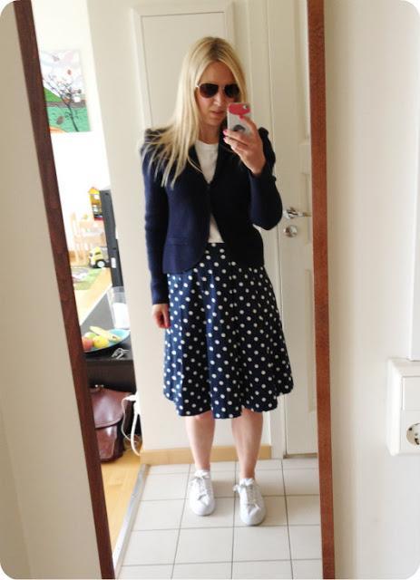 f43b30114f4b Fredagens outfit; prickig kjol - Lindex, vit t-shirt - H&M, skor - Åhlens,  marinblå kavaj/kofta - H&M Trend.