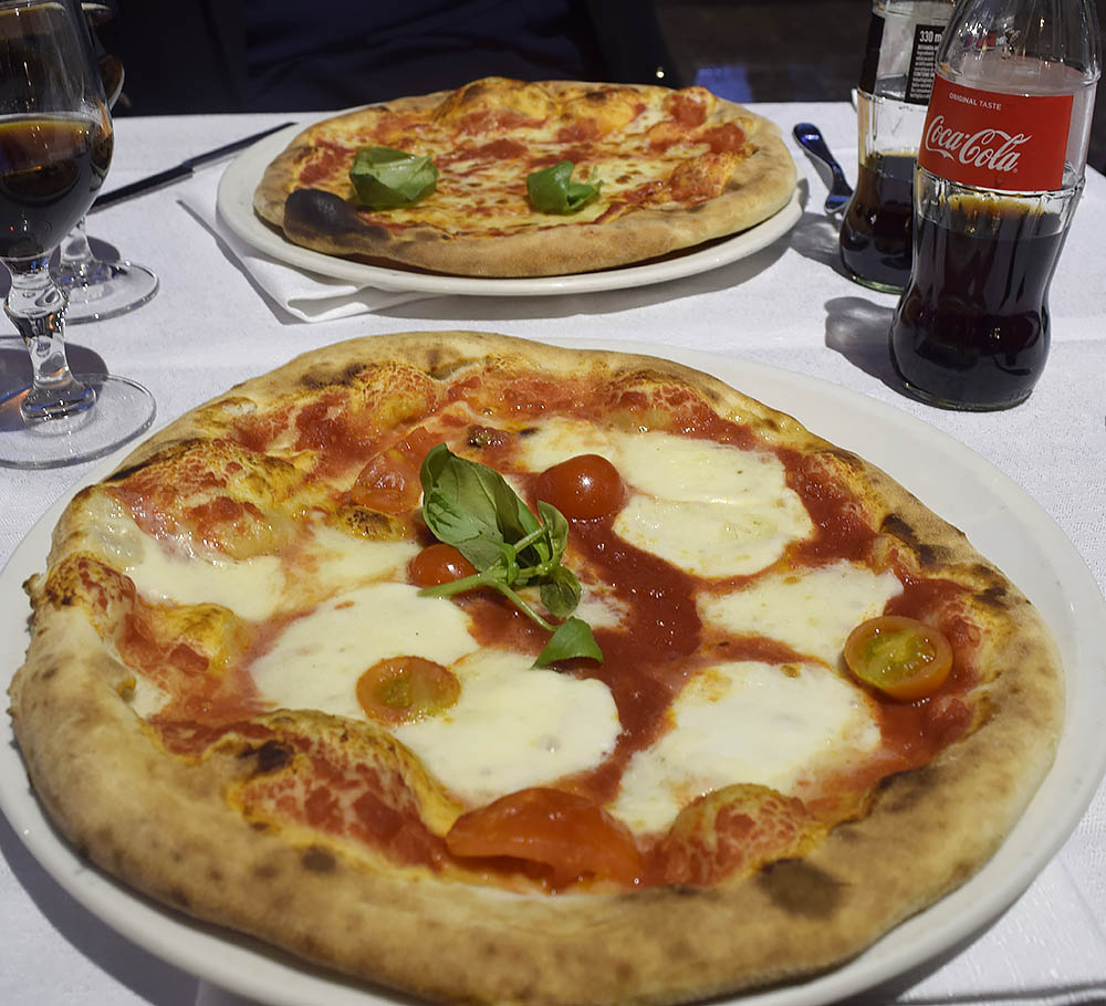 Bästa pizzan i Milano? Besök Pizzeria Maruzzella. Billigt, sanslöst gott och oftast kö.  Piazza Guglielmo Oberdan 3 nära Venezia Metro.