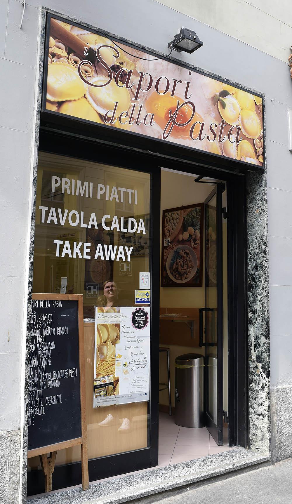 Hål i väggen pasta. Detta ställe är minimalt men misströsta ej! Du väljer vilken färsk pasta du vill ha, pesto eller sås och den tillagas framför dig och sedan tar du med dig maten eller slår dig ned vid din minimala bardisken.