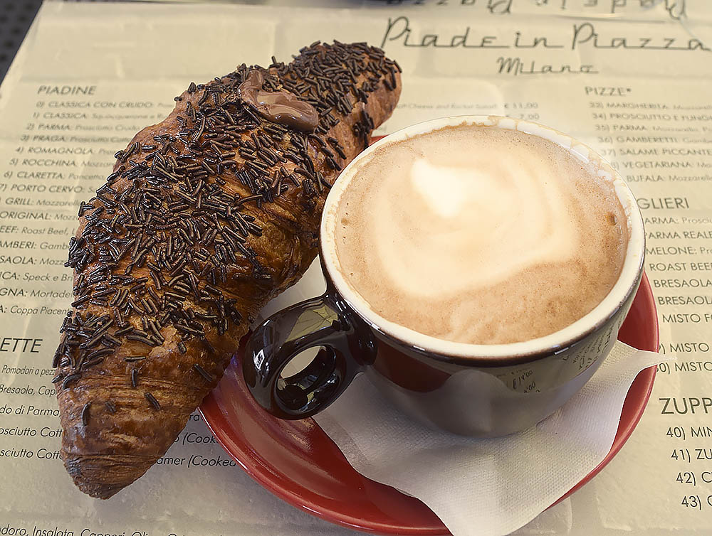 Piade in Piazza är en frukostdröm om du gillar croissanter och bra läge. Ett stenkast från Duomo, de mest ljuvliga bakverk som är sprängfyllda med godsaker, gott kaffe och trevlig personal. De serverar också lunch och tidig middag. Piazza Filippo Meda 5.