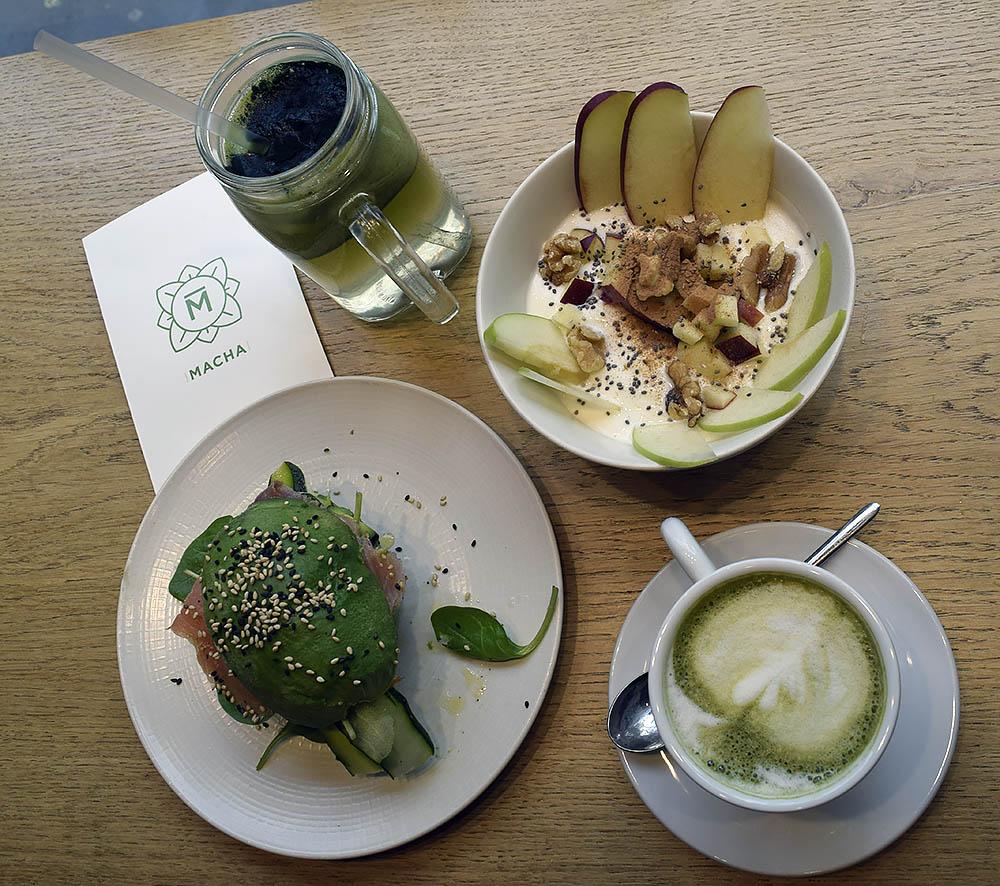 Macha cafe. Här är ett ställe som är hetare är hetast i Milano. En känd italiensk fashionblogger besökte Macha, la ut en post på Instagram och sedan den dagen ringlar kön runt byggnaden. Här serveras raw Food, sallader, Biels och smoothies. Viale Francesco crispi 15