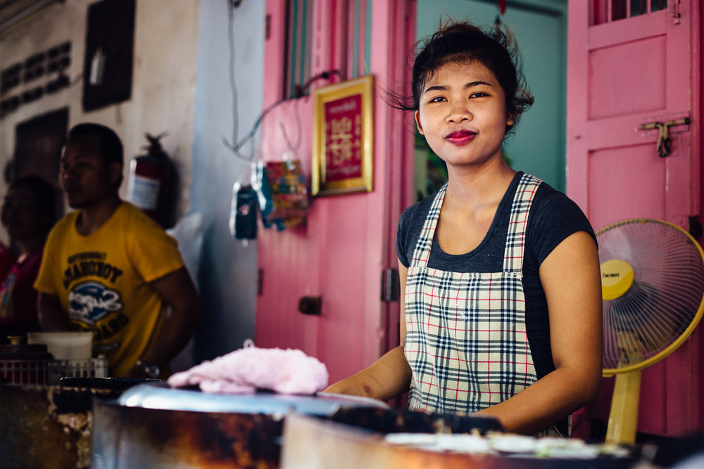 Girl-Vendor-Market-Smirk-Woman-Pink-Travel-Thailand-Daniel-Durazo-Photography.jpg