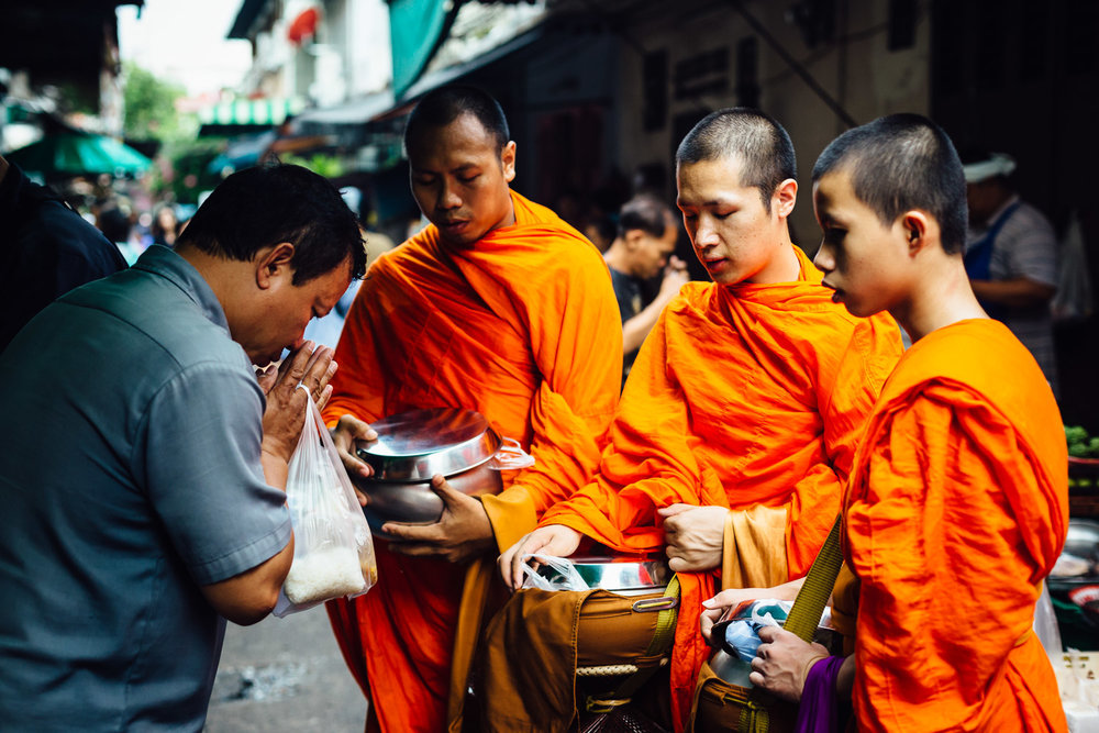 Monks-Trio-Prayer-Alms-Food-Market-Tradition-Travel-Thailand-Daniel-Durazo-Photography