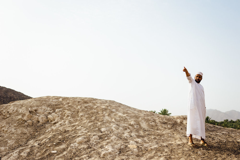 Man-Pointing-Guide-Tradition-Village-Oman-Daniel-Durazo-Photography-Durazophotography