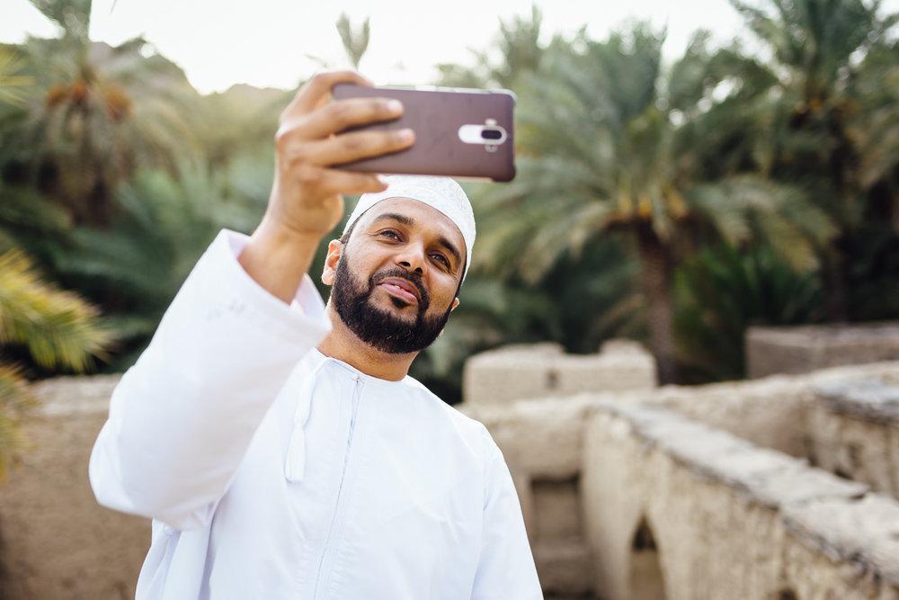 Man-Mobilephone-Smile-Oman-Daniel-Durazo-Photography-Durazophotography-1