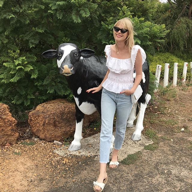 @________lorenz________  can I get a real pet cow pleeease? 🐮🐄🥛 . . . #milkmaid #cowaramup  #prelovedstyle