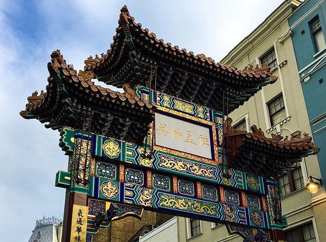 Exploring around with @my.travel_diary . . . #arches #goldenarches #chinatowngate #londonlove #londoncity #prettycitylondon #architecture #architecturegram #london_city_photo #londonlife #chinatown #chinatownlondon #london #streetphotography #wanderlust #trip #travelgram #londontown #photooftheday #londonart #summer