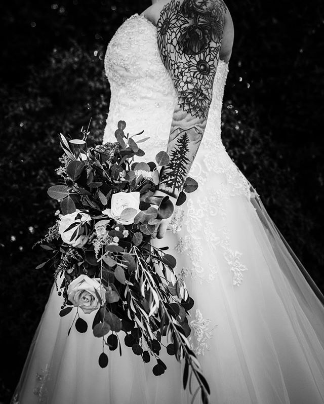 Mia's gorgeous bridal bouquet 😍 #bridalbouquet #brideswithtattoos #bridaldetails #bnwphotography #oregonbride #eolahillswinery #bridalportrait #oregonweddingphotographer #oregonwedding #pnwbride #heywildweddings #authenticlovemag #justalittleloveinspo #loveandwildhearts #radlovestories #theweddinglegends #pnwwildlove #adventurebrides
