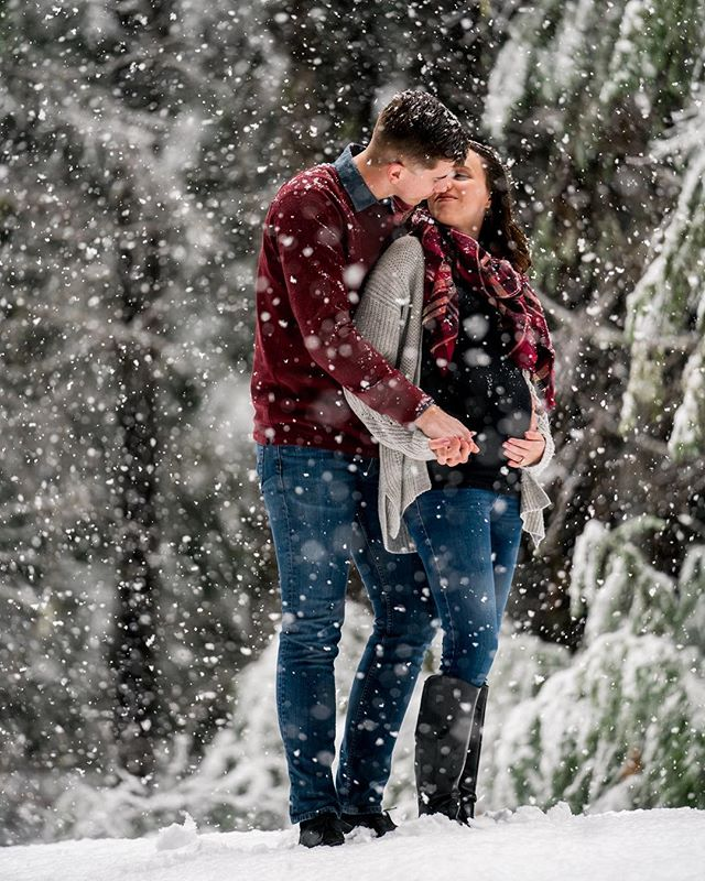 Who got to play in the snow today? 🙋‍♀️ #snowday #maternityphotography #maternityshoot #snowmaternity #snowphotography #pregnancyphotoshoot #portraitphotography #focalpointstudios #focalpointweddings #pnwphotographer #detroitoregon #winter #winterwonderland