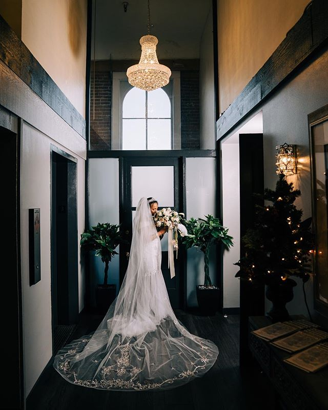 This Bride had the most gorgeous veil! 😍 #newyearsevewedding #bridaldetails #veil #bridalveil #weddinggown #winterwedding #indoorwedding #oregonwedding #oregonbride #oregonweddingphotography #salemoregonwedding #reedoperahouse #reedoperahousewedding #pnwweddingphotography #focalpointstudios #focalpointweddings#reedballroom