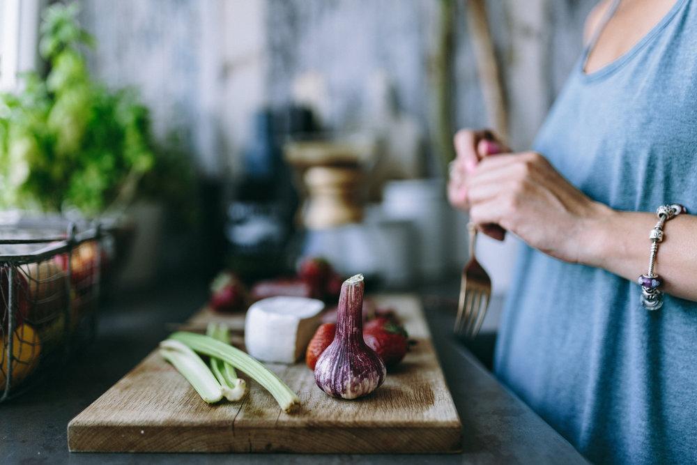 foodiesfeed.com_preparing-healthy-salad.jpg