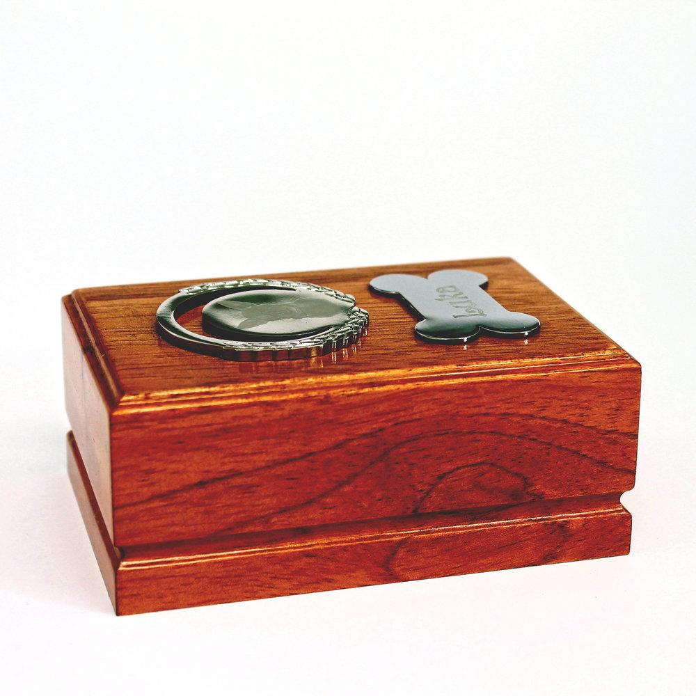 URNAS DE MADERA   Nuestras urnas de madera son personalizables y puedes combinarlo con placas, huellas impresas en 3D y medallas personalizadas(producto exclusivo).
