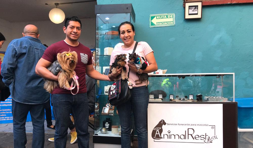Karen Vargas y su familia, clientes de Animal Rest, nos visitaron durante el evento.