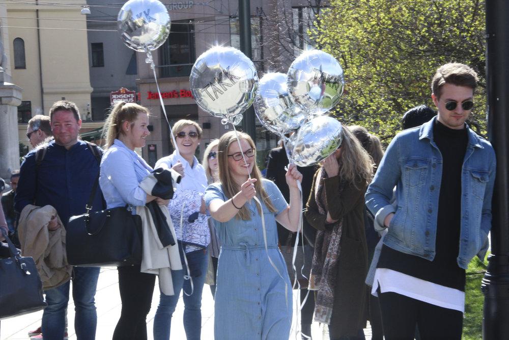 """ONF møtte opp med sølvballonger hvor det sto """"takk"""" utenfor Stortinget 2. mai i anledning vedtak av Fagskolemeldingen. Foto: Krister Vangen"""