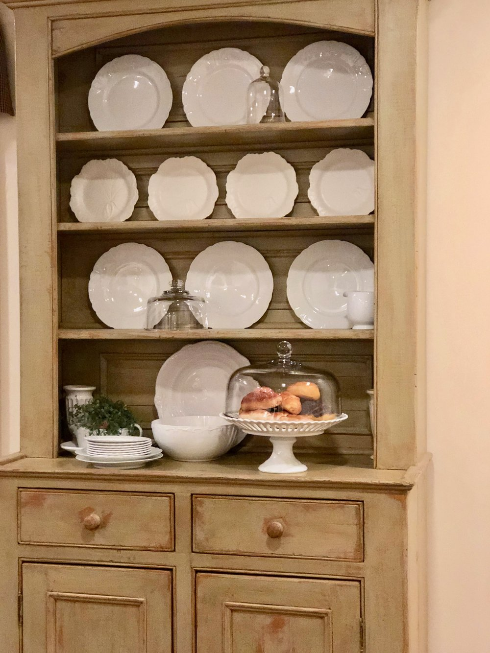 tips on displaying white dinnerware in a hutch