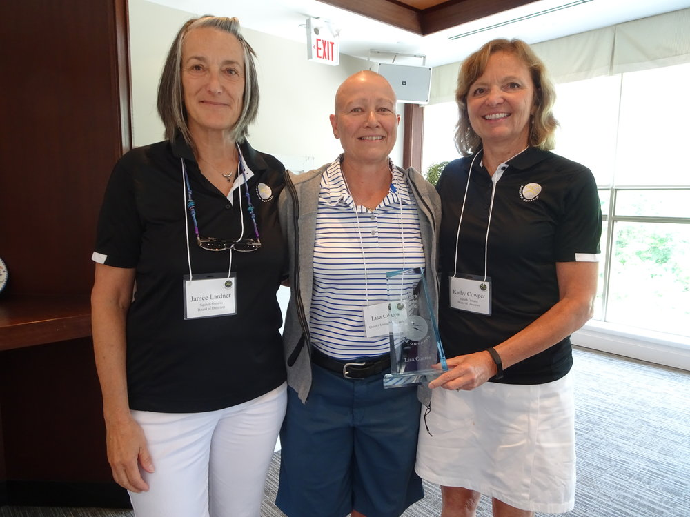 Lisa Coates (centre) accepting the award with Squash Ontario Past president Janice Lardner (left) and Board Member Kathy Cowper (right).