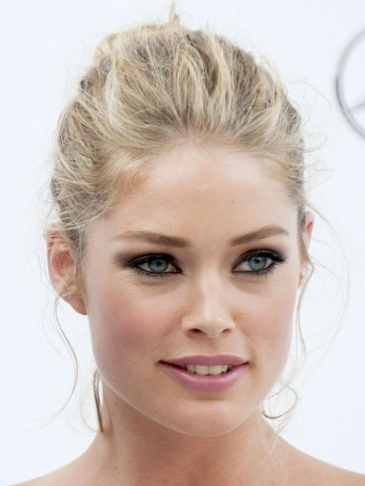 makeup-classic-style-type-hair-bun-eyeliner-pink-lipstick.jpg