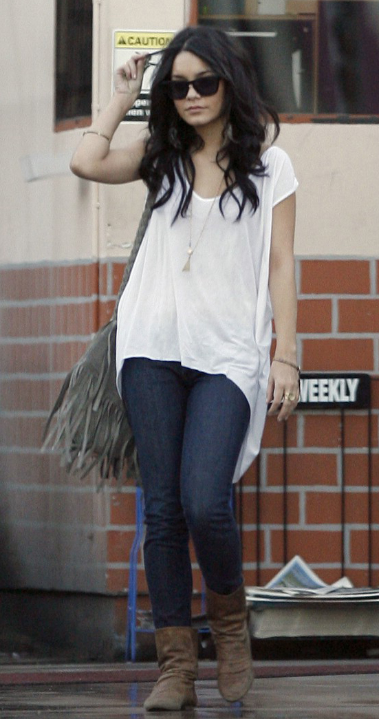 comfort-blue-navy-skinny-jeans-white-tee-tan-bag-brown-shoe-booties-sun-necklace-pend-slouchy-vanessahudgens-fashion-style-outfit-brun-spring-summer-weekend.jpg