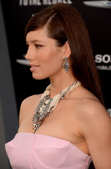 jewelry-romantic-girly-style-type-jessicabiel-pink-dress-ornate-necklace-chain-drape-earrings-hair-long-straight-brown-offshoulder-redcarpet-fashion.jpg