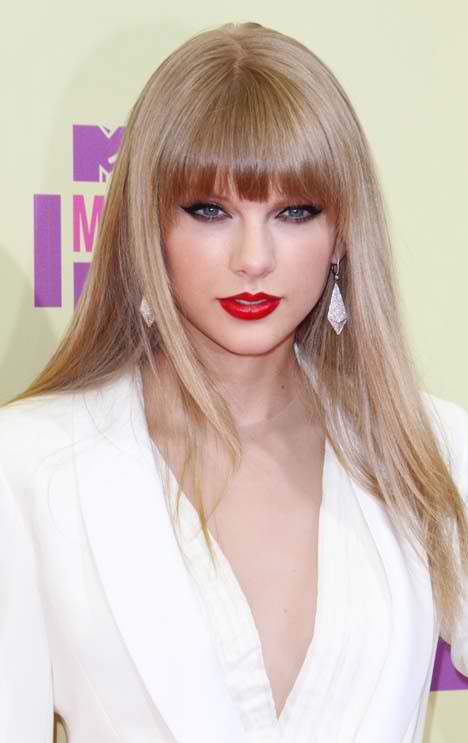 makeup-romantic-girly-style-type-taylorswift-bangs-long-blonde-hair-earrings-red-lips-white-redcarpet-fashion.jpg