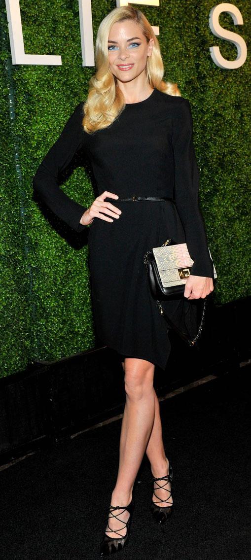 key-retro-style-type-fashion-jaimeking-black-dress-monochromatic-belt-longsleeve-blonde-hair-long-pumps.jpg
