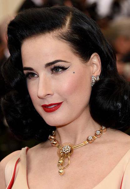 makeup-retro-style-type-fashion-metgala-ditavonteese-eyeliner-winged-red-lips-necklace-collar-black-hair.jpg