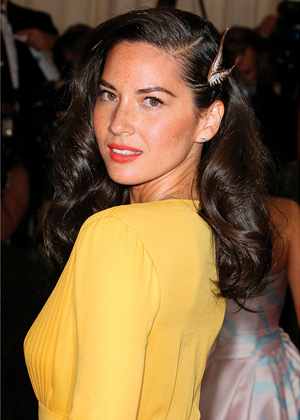 hair-retro-style-type-fashion-oliviamunn-hair-clip-side-long-waves-vintage-yellow-dress.jpg