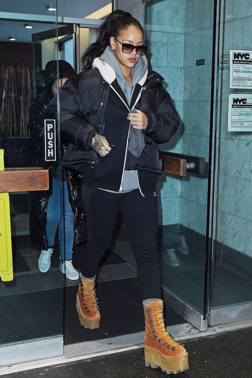 detail-trendsetter-style-type-fashion-rihanna-black-coat-hoodie-platform-boots-timberland-casual-streetstyle.jpg