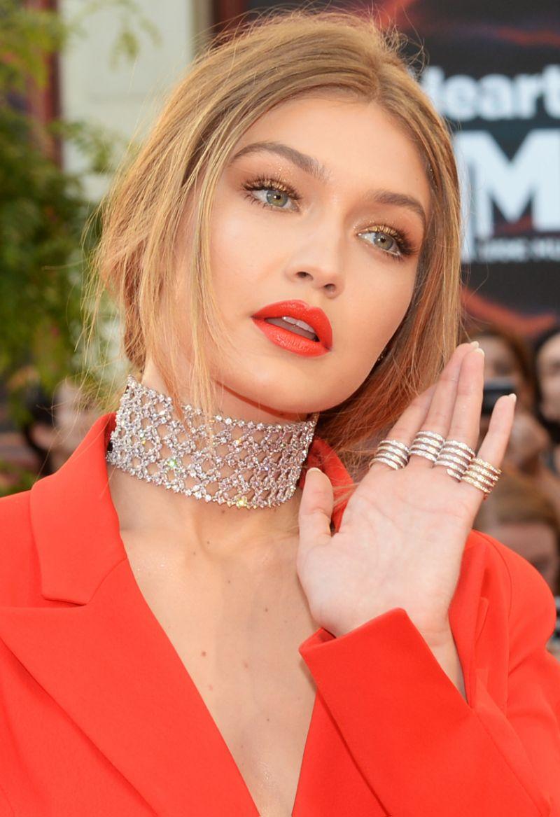 jewelry-trendsetter-style-type-fashion-gigihadid-wide-diamond-choker-necklace-orangelip-rings-redcarpet.jpg