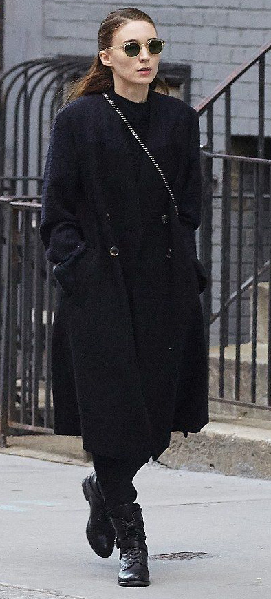 detail-dramatic-style-type-rooneymara-long-coat-black-monochromatic-sunglasses-streetstyle.jpg