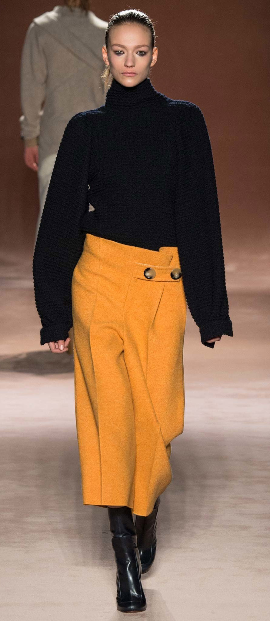 detail-dramatic-style-type-yellow-culottes-pant-black-sweater-oversized-turtleneck-runway-boots.jpg