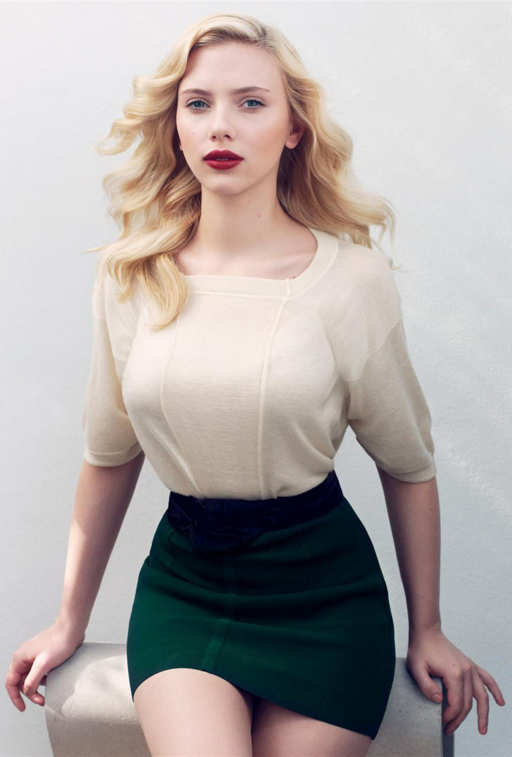 detail-bombshell-sexy-style-type-scarlettjohansson-miniskirt-white-blouse-green-hollywood-old-tinywaist-blonde-hair-wavy-red-lips-fairskin.jpg