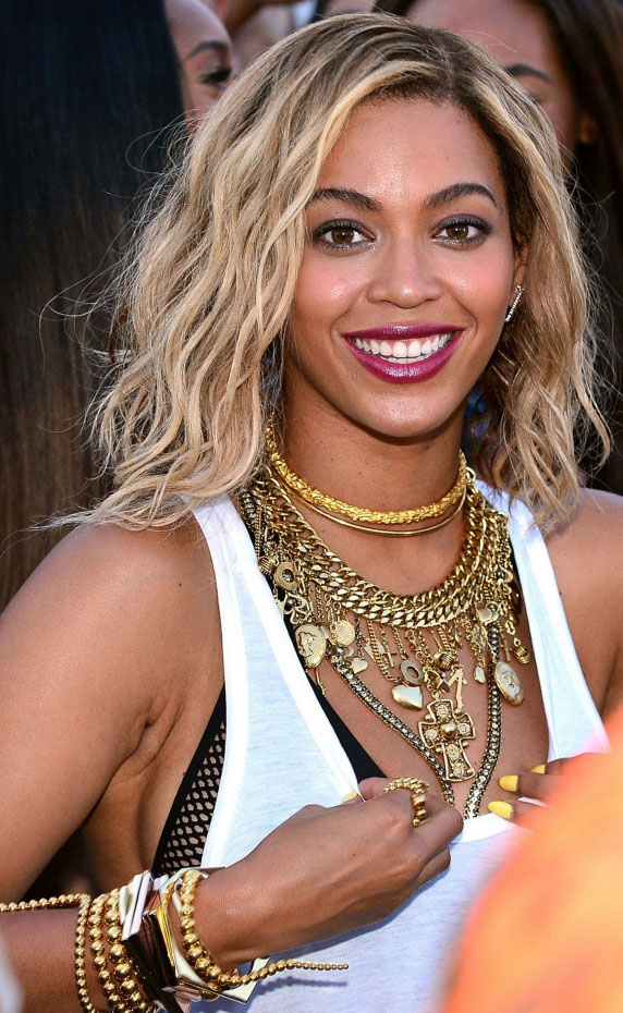 jewelry-beyonce-layered-necklaces-bombshell-sexy-style-type-blonde-redlip-tank-top-bralette-bracelets.jpg