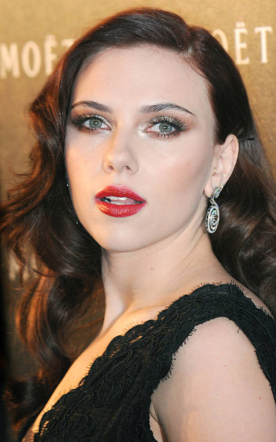 makeup-scarlettjohansson-bombshell-sexy-style-type-red-lips-brunette-long-wavy-hair-eyeshadow-black-dress.jpg