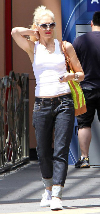 detail-rebel-grunge-style-type-gwenstefani-sneakers-white-tank-sunglasses-boyfriend-jeans-neonbag-tote-streetstyle.jpg