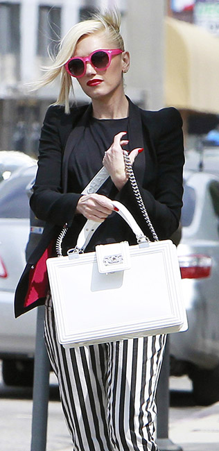 detail-rebel-grunge-style-type-gwenstefani-stripe-pants-black-tee-blazer-sunglasses-blonde-white-bag-streetstyle.jpg