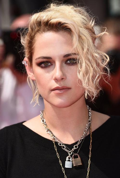 jewelry-rebel-grunge-style-type-kristenstewart-cannes-international-film-festival-lockets-layered-necklaces-blonde-hair-curly-black.jpg