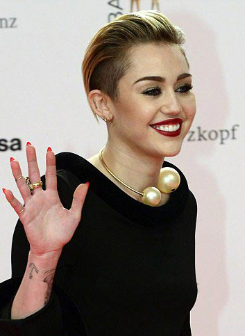 jewelry-rebel-grunge-style-type-mileycyrus-pearl-necklace-bold-black-dress-blonde.jpg