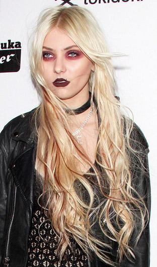 jewelry-rebel-grunge-style-type-taylormomsen-long-blonde-hair-eyeshadow-choker-red-dark-lips.jpg