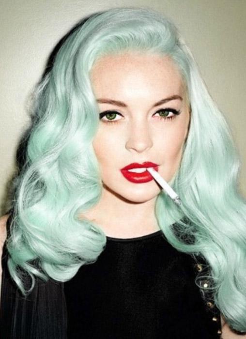 hair-rebel-grunge-style-type-colored-hair-dyed-blue-pastel-waves-sidepart-redlips.jpg