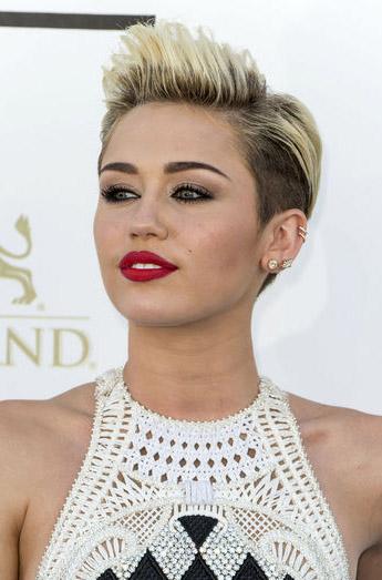 hair-rebel-grunge-style-type-mileycyrus-billboard-awards-makeup-redlips-blonde-hair-short-crop-white.jpg