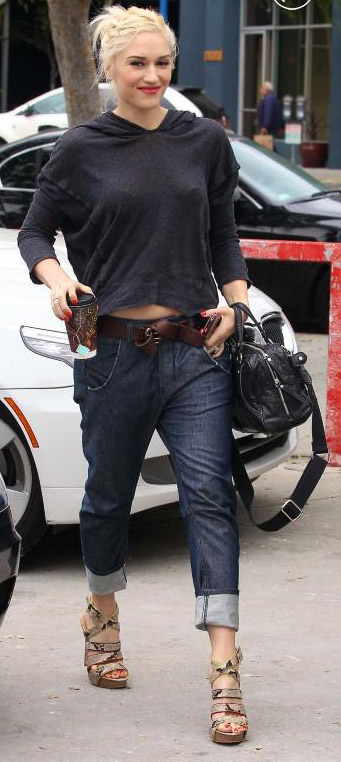 celebrity-rebel-grunge-style-type-gwenstefani-wedges-slouchy-sweatshirt-belt-boyfriend-jeans-blonde-streetstyle.jpg