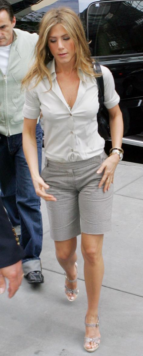 key-natural-sporty-style-type-jenniferaniston-shorts-bermuda-shirt-sandals-tuckedin.jpg