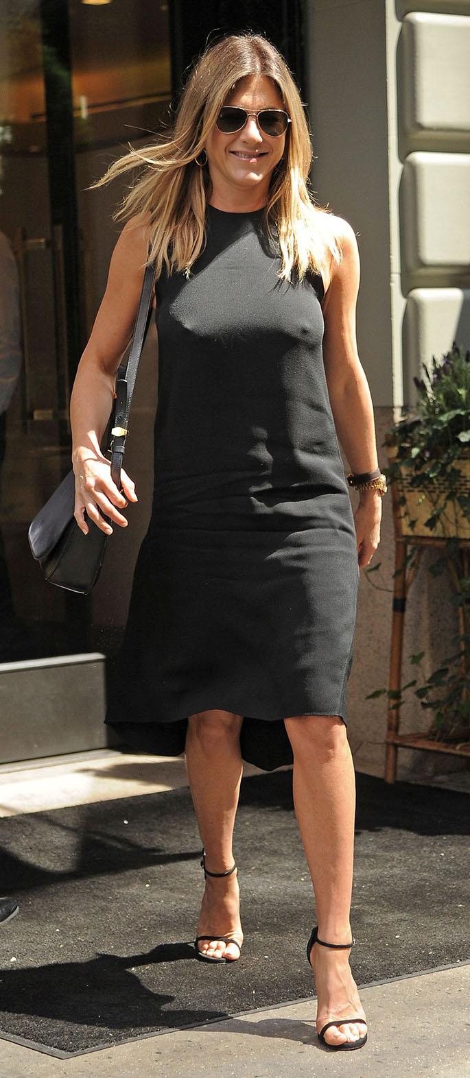 celebrity-natural-sporty-style-type-jenniferaniston-littleblackdress-lbd-simple-streetstyle.jpg